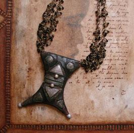 Collier talisman - Tcherot touareg  Un peu au sud de l'oued Massa…