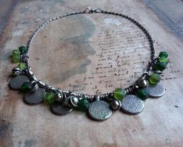 Collier ethnique - Piécettes, perles vertes et grelots (silencieux)