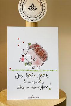 """Wunderschöne Premium-Postkarte mit zuckersüßem Igel.   """"Das kleine Glück ist manchmal direkt vor unserer Nase!"""""""
