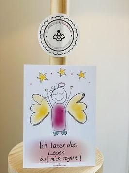 """Wunderschöne Premium-Postkarte mit zuckersüßem Engel.   """"Ich lasse das Leben auf mich regnen!"""""""