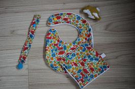 Bavoir Liberty Poppy & Daisy Taille S et son carré. Possibilité Taille L - Possibilité attache-tétine (9 euros) à 7 euros. Possibilité personnalisation à 4,50 euros.