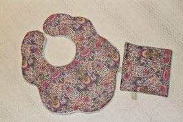 Bavoir fleur Liberty Looden doublé éponge velours et son carré. Possibilité attache-tétine (9 euros) à 7 euros. Personnalisation 4, 5 euros.