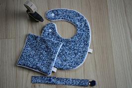 Bavoir Liberty Oeko-Tex bleu et son carré assorti. Possibilité attache-tétine (9 euros) à 7 euros. Possibilité Taille L.  Personnalisation 4,5 euros.