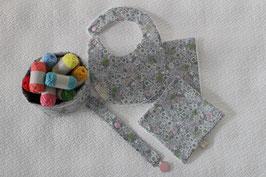 Kit naissance comprenant bavoir, panier, attache-tétine, 2 carrés tissu et éponge Oeko-Tex
