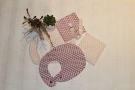 Kit naissance comprenant 2 bavoirs traditionnels et leurs 2 carrés assortis et une attache-tétine Oeko-Tex