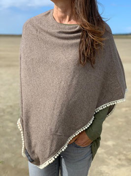 Poncho in BROWN mit Bommelborte in WHITE