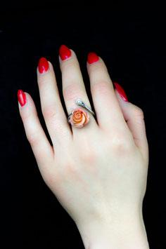 Fingerring mit Naturkoralle als Rose und Süßwasserperle, 516S