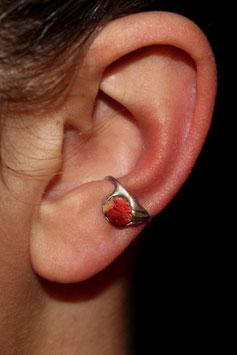 Kleiner Ohrring mit ungeschliffener Schaumkoralle, 126S