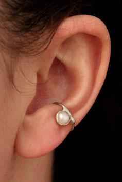 Klein Ohrring mit kleiner Süßwasserperle, 105S