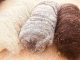 150 g Gewaschene, kardierte Schafschurwolle, ungefärbt, in weiß, beige oder dunkelbraun, ebenso gemischt möglich