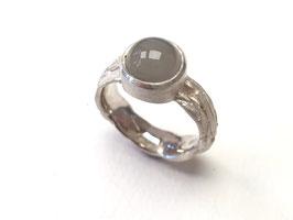 Ring aus 925er Silber mit Baumrindenstruktur und grauem Mondstein
