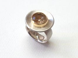 Ring aus 925er Silber und 750er Gold mit einem Bergkristall mit goldenen Rutilnadeln
