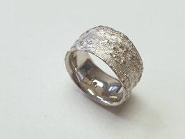 Ring aus 925er Silber mit glatter Baumrindenstruktur