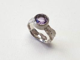 Ring aus 925er Silber mit Baumrindenstruktur und Amethyst
