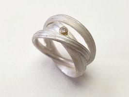 Gewickelter Ring mit Grasstruktur aus 925er Silber mit 750er Gold und Brillant