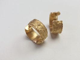Kreolen aus 925er Silber vergoldet, mit Baumrindenstruktur