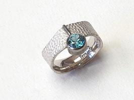 Ring aus 925er Silber und Palladium mit einem blauen Zirkon, Lederstruktur