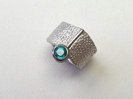 Breiter Ring aus 925er Silber und Palladium, mit einem blauen Zirkon, Lederstruktur