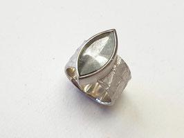 Ring aus 925er Silber mit Bergkristall mit grünen Turmalinnadeln, Lederstruktur