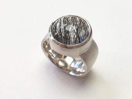 Ring aus 925er Silber mit einem Bergkristall mit schwarzen Turmalinnadeln