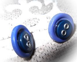 Ohrstecker mit blauen Knöpfen
