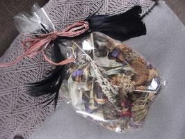1 Beutel getrocknete Blüten (schwarze Federn)
