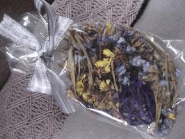 1 Beutel mit getrockneten Blüten (gelb, blau) und lilafarbener Kugel aus Ästchen