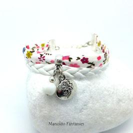 Bracelet manchette médaille fleur dans les tons blancs, roses et argentés..