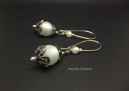 Boucles d'oreilles EVANA et leurs perles polaris dans les tons de blanc...