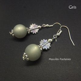 Boucles d'oreilles argentées ethniques et perles polaris grises...