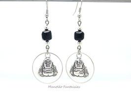 Boucles d'oreilles Bouddha et sa perle noire carrée...