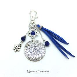 Bijou de sac ou porte-clés FLEUR dans les tons bleu et argenté...