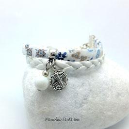 Bracelet manchette ENTRETOISE dans les tons blancs, bleus et argentés...