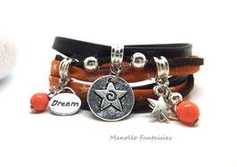 Bracelet MAÏA, ses perles et ses breloques étoilées dans les tons marron, orange et argenté...