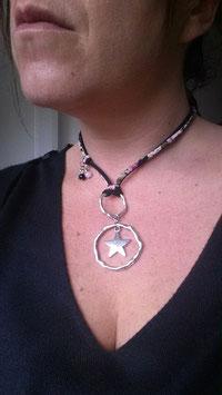 Sautoir bohème Orion noir, son étoile et son cordon liberty.