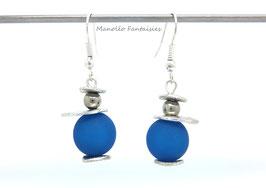 Boucles d'oreilles plateaux argentés et perles bleues...