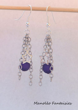 """Boucles d'oreilles """"étoile et chaines"""" violettes."""