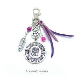 Bijou de sac ou porte-clés MAYA dans les tons violet et argenté...