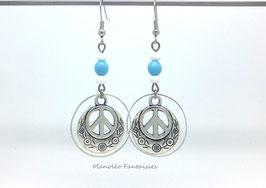 Boucles d'oreilles argentées PEACE et ses perles dans les tons de turquoise et blanc...