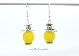 Boucles d'oreilles plateaux argentés et perles jaunes...