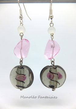 Boucles d'oreilles perles de verre grises et roses
