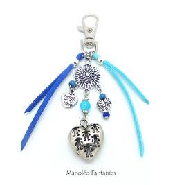 Bijou de sac ou porte-clés AMOUR dans les tons de bleus et argentés...