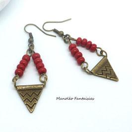 Boucles d'oreilles JAHYA de couleur bronze, connecteurs à chevrons et leur perles rouges...