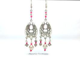 Boucles d'oreilles arabesques argentées et perles roses.