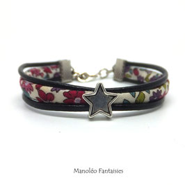 Bracelet Aloïs, ses étoiles, ses liens en cuir et sa perle fuchsia dans les tons fuchsia, rose et argenté...