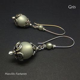 Boucles d'oreilles EVANA et leurs perles polaris dans les tons de gris...