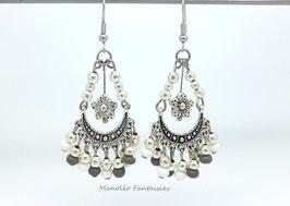 Boucles d'oreilles pendantes, fleur, perles grises et blanches.