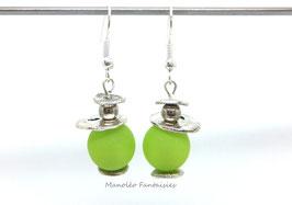 Boucles d'oreilles plateaux argentés et perles vertes...