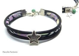 Bracelet  Aloïs ses étoiles, ses lien en cuir et sa perle verte dans les tons violets, verts et argenté...
