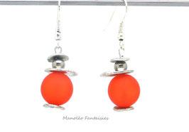 Boucles d'oreilles plateaux argentés et perles oranges...